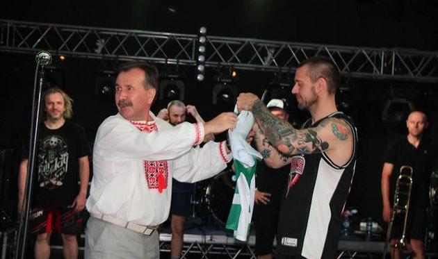 Владимир Миколаенко (слева) вручает футболку ФК Кристалл группе Ляпис Трубецкой, фото facebook.com