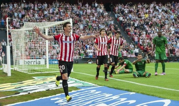 Адурис празднует первый мяч и показывает на Ибаи Гомеса, фото Juan Flor (Diario AS)