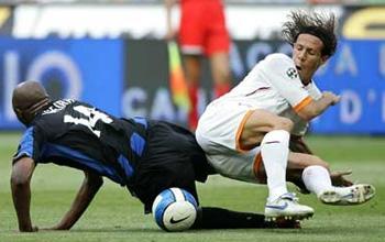 В футбол играют не только ногами...