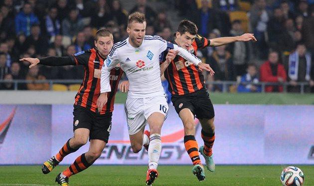 Андрей Ярмоленко в борьбе с соперниками, фото И. Хохлова, Football.ua