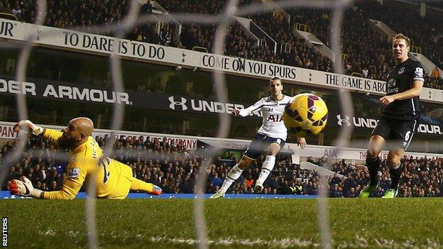 Роберто Солдадо забивает решающий мяч, Reuters