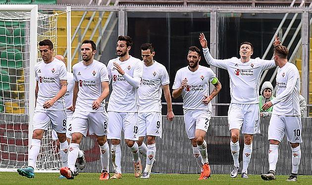 Игроки Фиорентины празднуют первый гол, Getty Images