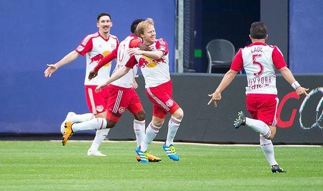 Игроки Нью-Йорк Ред Буллз празднуют взятие ворот соперника, Getty Images