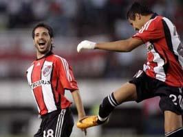 Санчес немного странно поздравляет Абелайраса, фото Reuters