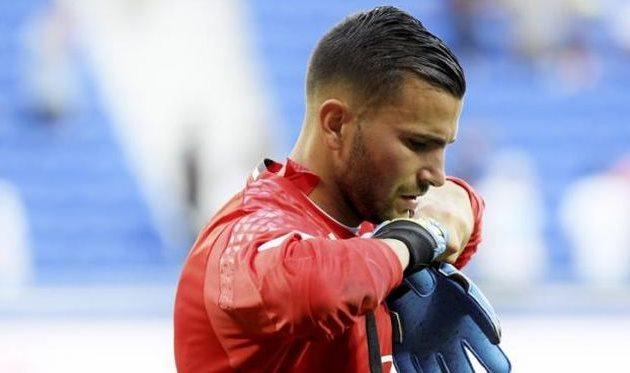 Вчемпионате Франции болельщики попали петардой вфутболиста: матч отменен