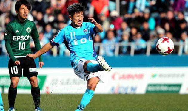 Самым возрастным профессиональным футболистом мира стал японский нападающий
