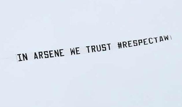 Баннер в поддержку Арсена Венгера, - Getty Images
