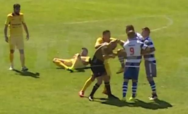 Возмущенный футболист сломал коленом нос арбитру