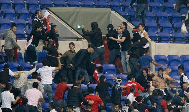 УЕФА накажет Лион и Бешикташ