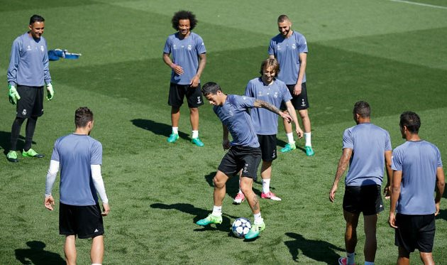 Хамес Родригес работает с мячом во время тренировки Реала, Getty Images