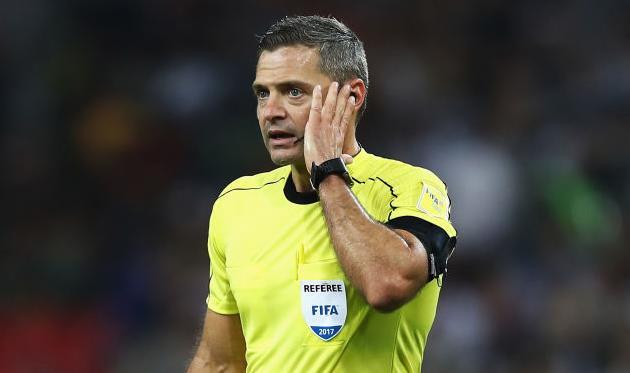 Дамир Скомина несколько раз обращался за помощью к VAR во время матча Камерун - Чили, Getty Images
