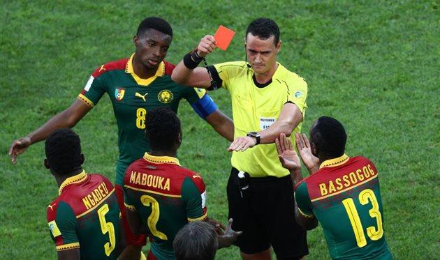 Камерунец Мабука был удален вигре снемцами после двойного просмотра видеоповтора