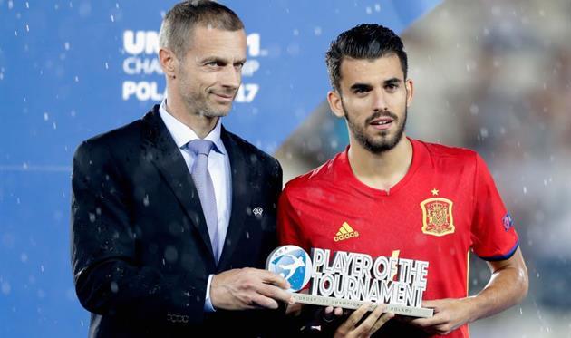 Дани Себальос с призом лучшего игрока Евро-2017 U21, Getty Images