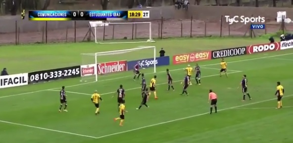 Вратарь не ожидал такой траектории мяча, кадр из видео