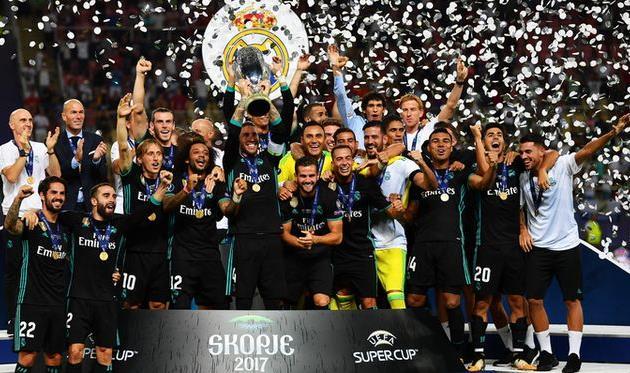 Игроки Реала с трофеем, getty images
