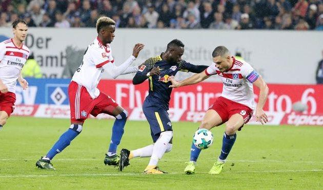 Наби Кейта (в центре) во вчерашнем матче, твиттер Лейпцига