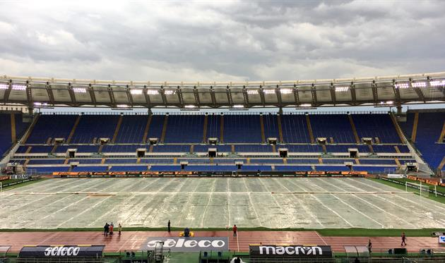 Газон Стадио Олимпико пришлось спасать от дождя, twitter.com/OfficialSSLazio