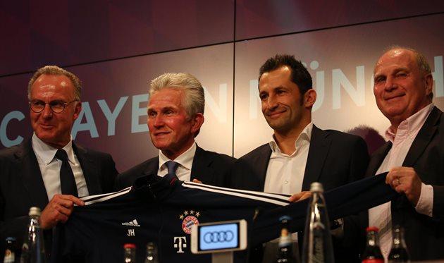 Юппа Хайнкеса (второй слева) представили в качестве тренера Баварии, фото ФК Бавария