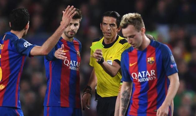 Айтекин в окружении игроков Барселоны, getty images
