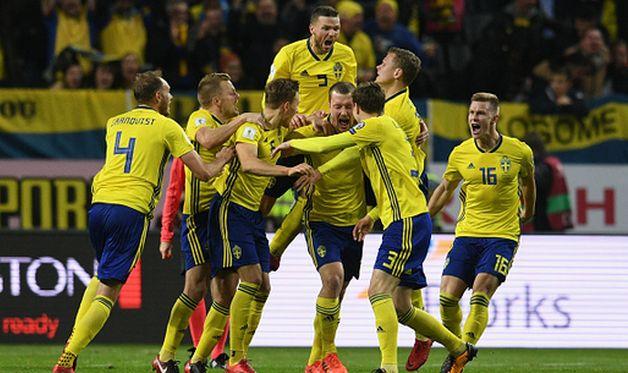 Игроки сборной швеции празднуют взятие ворот, getty images