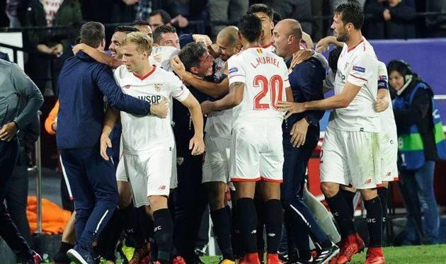 Игроки празднуют гол в ворота Ливерпуля вместе с Бериццо, AFP