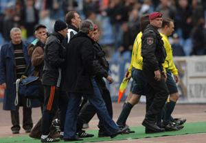 Если бы не вмешались сотрудники МВД, судья мог бы пострадать от Мирчи Луческу, фото blik.ua