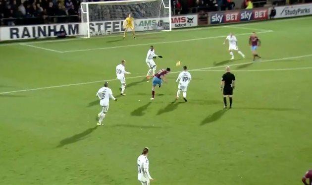 Джош Моррис бьет по воротам, фото: Скриншот