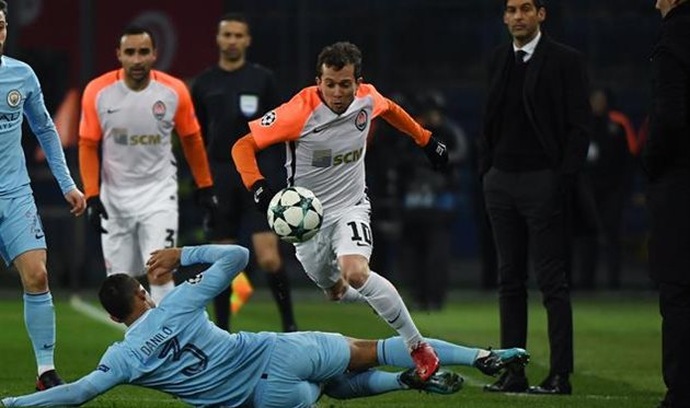 Бернард перепрыгивает защитника Данило, фото ФК Шахтер