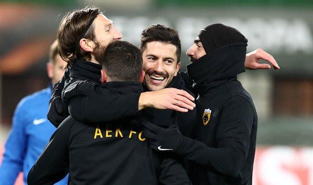 Дмитрий Чигринский и его партнеры радуются выходу в плей-офф Лиги Европы, фото ФК АЕК