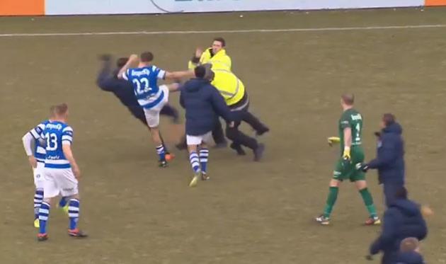 Взбешенные поражением болельщики напали на футболистов победившей команды