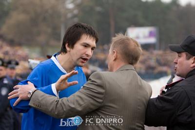 Андрей Русол ведет переговоры с офицером безопасности, фото fcdnipro.ua