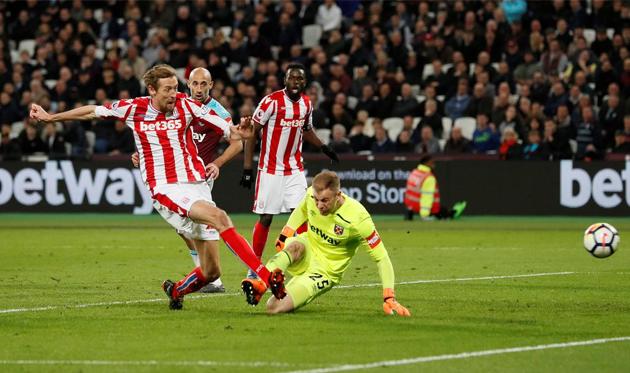 Питер Крауч забил первый гол в матче, twitter.com/premierleague