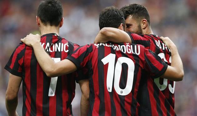 Милан уничтожил Фиорентину, Наполи обыграл Кротоне