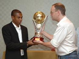 Фернандиньо получает приз из рук Артема Франкова, shakhtar.com