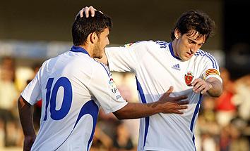 Милито (справа) регулярно забивал голы в Испании