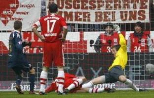 Ван Боммель наблюдает, как забивают Баварии, Reuters