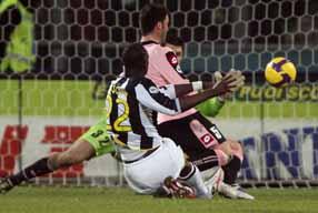 Момо забивает, фото goal.com