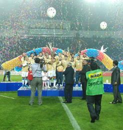 Ривалдо с долгожданным трофеем, www.pfl.uz