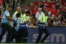Футболист Чили сбил фаната ударом по ногам