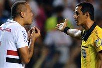 Луис Адриано общается с арбитром, - Getty Images