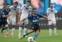 Алексис Санчес реализует пенальти в матче с Брешией, Getty Images