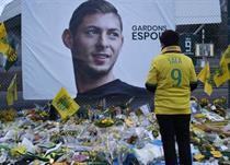 Фанаты несут цветы в память об Эмилиано Сала