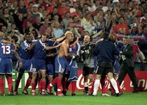 Давид Трезеге празднует победный гол на Евро-2000, Getty Images