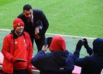 Стивен Колкер с болельщиками Ливерпуля, Getty Images
