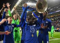 Нголо Канте с трофеем Лиги чемпионов, Getty Images