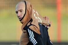 Арьен одевал манишку и вывихнул оба плеча, фото Getty Images