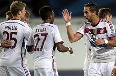 Мехди Бенатья (справа) поздравляет партнеров по команде, фото getty images
