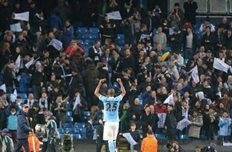 Фернандиньо празднует триумф с фанатами, Getty Images