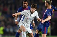 Маркос Алонсо в окружении игроков Барсы, getty images