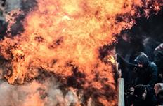 Фанаты АЕК бросили коктейль Молотова в сектор болельщиков Аякса